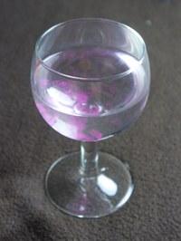 Farbtropfen im Weinglas