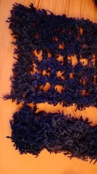 Der Schal ist blau/grau, was man leider auf dem Bild nicht sieht. Der Charme bei diesem ist die Größe. Das Garn ist nur einfach genommen. Je nachdem wie man ihn dehnt hat man bis zu 38cm Breite als Schal über die Schulter oder 2,2m Länge!